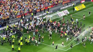 Скандал во Франции: фанаты выбежали на поле и устроили массовую драку на матче. Что пошло не так?