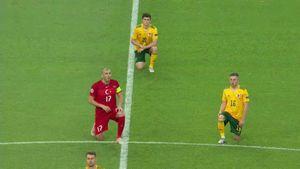 Игроки Турции и Уэльса встали на колено перед матчем Евро-2020 в Баку