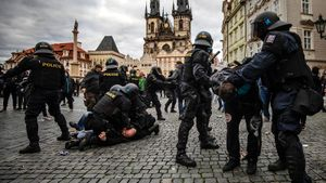 В Чехии полиция и фанаты подрались на митинге против остановки футбола из-за карантина. В ход пошли газ и водометы