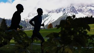 Как проводят первые сборы биатлонисты: русские стреляют и ходят по горам, норги бегают, а шведы катаются на великах