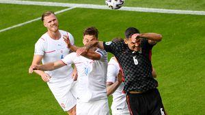 Странный момент на Евро-2020. Защитник «Зенита» Ловрен разбил нос сопернику и назвал пенальти за это шуткой