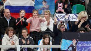 Трусова шутила, Медведева укололась, фанаты вспомнилимем. Что творилось закулисами «Мегаспорта»