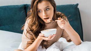 Бесполезные продукты на завтрак: йогурт, овсянка и сосиски, которые не так хороши, как мы привыкли думать
