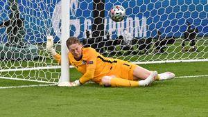 Убойный штрафной, с которого Англия впервые пропустила на Евро: Пикфорда пробил датчанин, забивший России