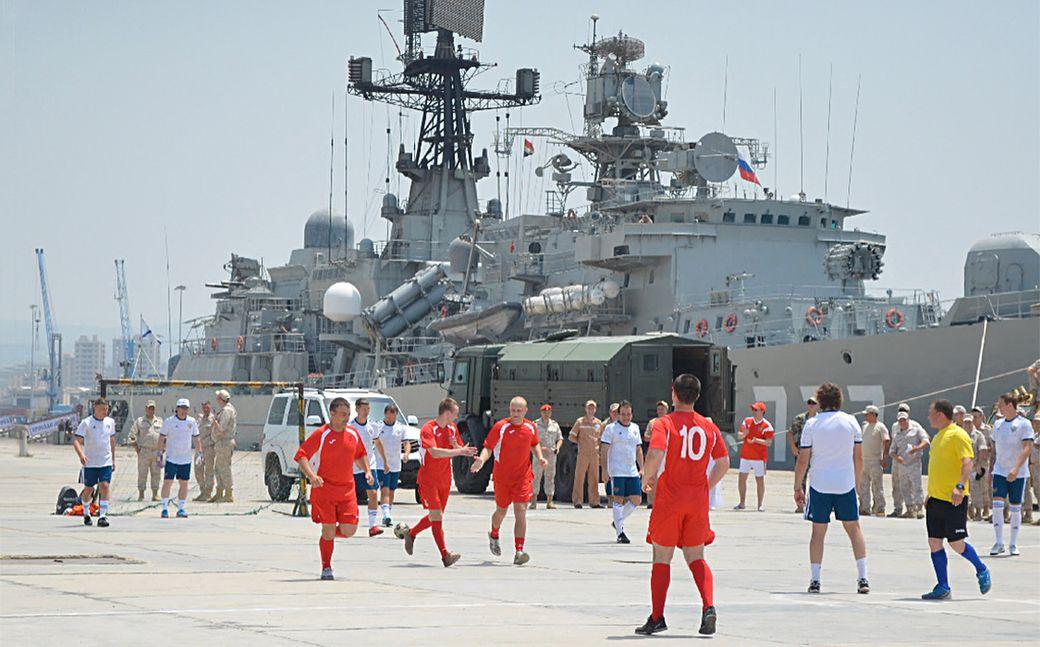 «Командир выключил свет, самолет шел как призрак». Российские футболисты побывали в Сирии (Видео)