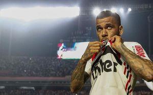 Дани Алвес на коленях поцеловал эмблему «Сан-Паулу». Бразильца встретили 45 тысяч болельщиков