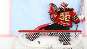 Забавный курьез в российском хоккее. Вратарь «Авангарда» ушел с ворот и пропустил с середины площадки: видео