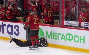 Линейный арбитр матча «Авангард» — «Автомобилист» потерял сознание во время игры и упал возле борта: видео