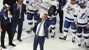 Тренер, сделавший русских игроков «Тампы» чемпионами НХЛ. Купер конфликтовал с Кучеровым и работал на Уолл-стрит