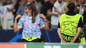 Роналду подарил свою футболку девушке-стюарду, которую он сбил с ног ударом мяча
