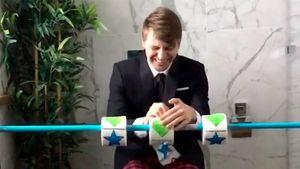 Ягудин вовремя карантина играет наигровом автомате изтуалетной бумаги: видео