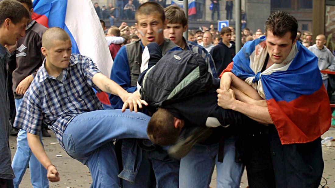 В толпе были провокаторы. Почему болельщики устроили погромы в Москве после поражения России на ЧМ-2002