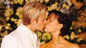Какой была свадьба Бекхэма и Виктории Адамс. Гуляли в замке с Элтоном Джоном, резали торт мечом, сидели на троне