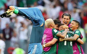 Нойер выбросил перчатки и футболку, мексиканцы поблагодарили Россию. Самые яркие фото из «Лужников»