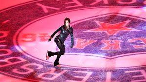 Загитова выступила перед матчем СКА — ЦСКА на футбольном стадионе. Она каталась в образе Лары Крофт