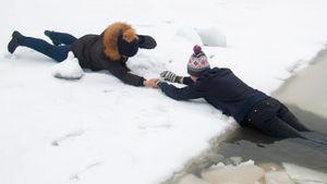Отец фигуриста Алиева спас провалившуюся под лед женщину