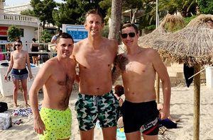 «Помнишь Евро-2008? Мы тебе забили!» Павлюченко и Торбинский встретились на пляже с ван дер Саром