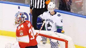 Новичка НХЛ воткнули в лед приемом из ММА. Он смог подняться на ноги не с первой попытки