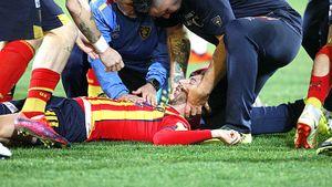 Игрока «Лечче», рухнувшего наполе без сознания, увезли наскорой. Матч был отменен, едва начавшись