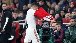 Фанаты «Арсенала» освистали собственного капитана. Онпослал ихисорвал ссебя футболку