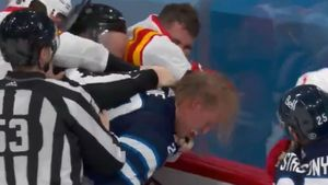 Яркая драка финского Овечкина. Лайне махал кулаками, забивал и отдавал в день камбэка Нестерова в НХЛ