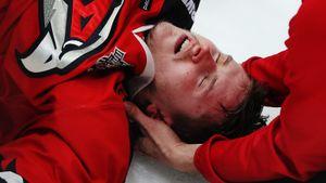 Канадец «убил» русского форварда, воткнув его головой в борт. Пострадавший покинул лед на носилках