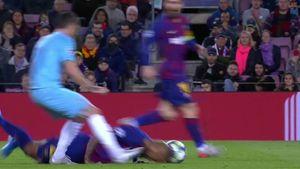 Момент дня вЛиге чемпионов: футболист «Барсы» падает нагазон, ноумудряется сделать пас головой