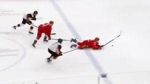 Нелепое падение русского хоккеиста на молодежном ЧМ. Фирстов не устоял на ногах, убегая к воротам Германии: видео