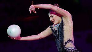 Приостановившая карьеру Солдатова выложила фото в соревновательном костюме и с российским флагом в руках