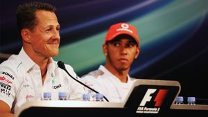 Мик Шумахер вручил Хэмилтону шлем своего отца в честь повторения его рекорда по победам