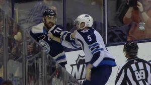 Русский защитник из НХЛ подрался с американцем, который грязно атаковал его партнера: видео